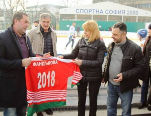 """Фандъкова и Миланов откриха сезона за ледената пързалка в парк """"Възраждане"""""""