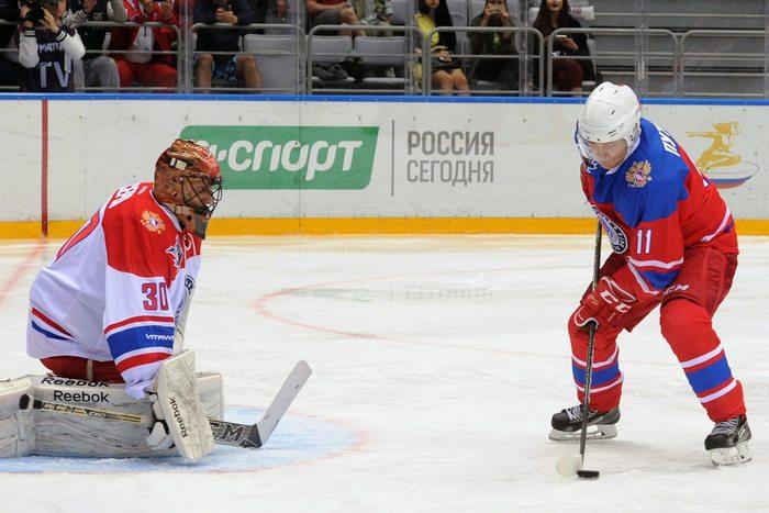 epa05298306 Russian President Vladimir Putin (R) takes part in a gala match of the Night Hockey League at the Bolshoi Ice Arena in the Black Sea resort of Sochi, Russia, 10 May 2016. EPA/MICHAEL KLIMENTYEV / SPUTNIK / KREMLIN POOL MANDATORY CREDIT